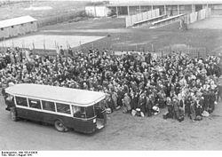 Bundesarchiv Bild 183-B10920, Frankreich, Paris, festgenommene Juden im Lager
