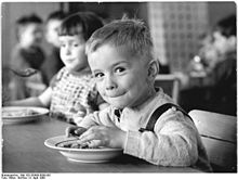 Bundesarchiv Bild 183-G0409-0009-001, Hohendodeleben, Kindergartenkind beim Essen.jpg