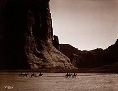 EDWARD SHERIFF CURTIS LE PHOTOGRAPHE DES AMÉRINDIENS 240px-Ca%C3%B1on_de_Chelly_-_Navaho%2C_1904