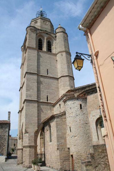 Caux (Hérault) - Clocher-porche (XIIIe-XIVe siècles) de Saint-Gervais-et-Protais. Sur la gauche, on aperçoit la chapelle des pénitents.