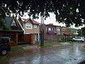 Chalés ubicados en calle del barrio La Perla, Temperley.jpg Chalés ubicados en calle del barrio La Perla, Temperley.jpg