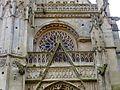 Chaumont-en-Vexin (60), église Saint-Jean-Baptiste, croisillon nord, gâble du portail et rosace.JPG
