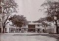 Collectie NMvWereldculturen, TM-30003994, Foto- Vooraanzicht van het paleis van de gouverneur te Makassar op Celebes, 1926.jpg