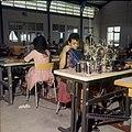 Collectie Nationaal Museum van Wereldculturen TM-20029709 Naaiatelier van confectiebedrijf Cambes Bonaire Boy Lawson (Fotograaf).jpg