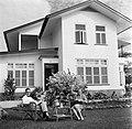 De heer en mevrouw De Greve in hun tuin in Paramaribo, Bestanddeelnr 252-5255.jpg