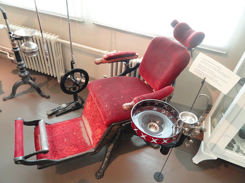File:Dentist's chair - Arppeanum - DSC05418.JPG