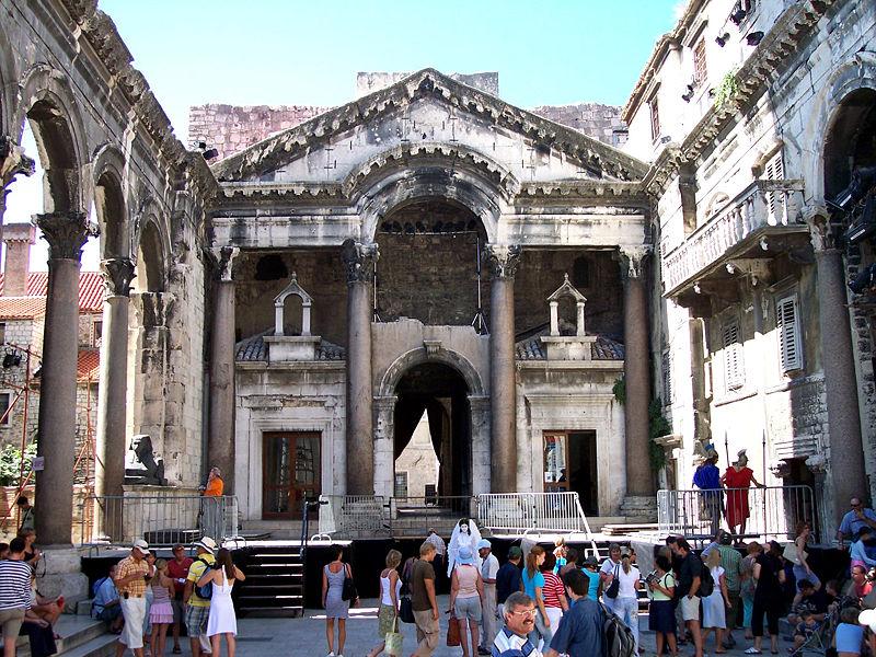 Ficheiro:Diocletians mausoleum-Split.jpg