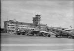 ETH-BIB-Flughafen-Zürich, Tower, Tarmac, Flugzeuge-LBS H1-015033.tif