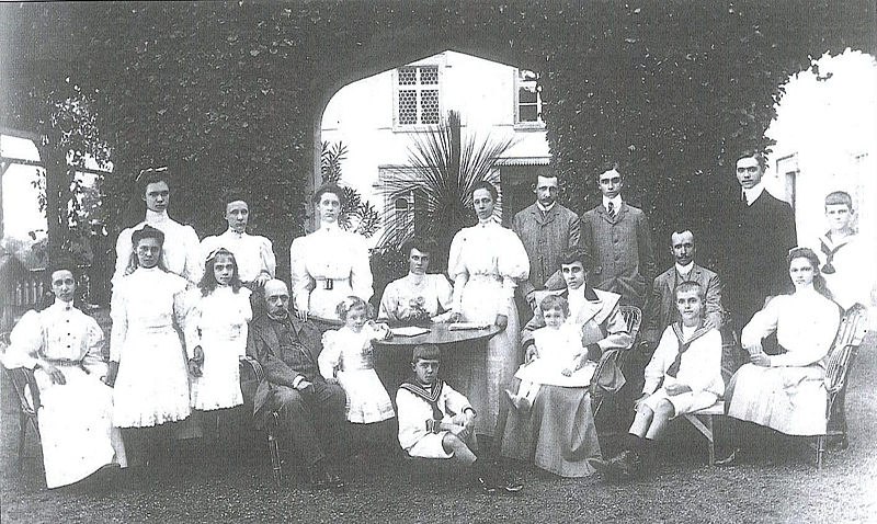 Soubor:Empress Zita with her parents and siblings.jpg