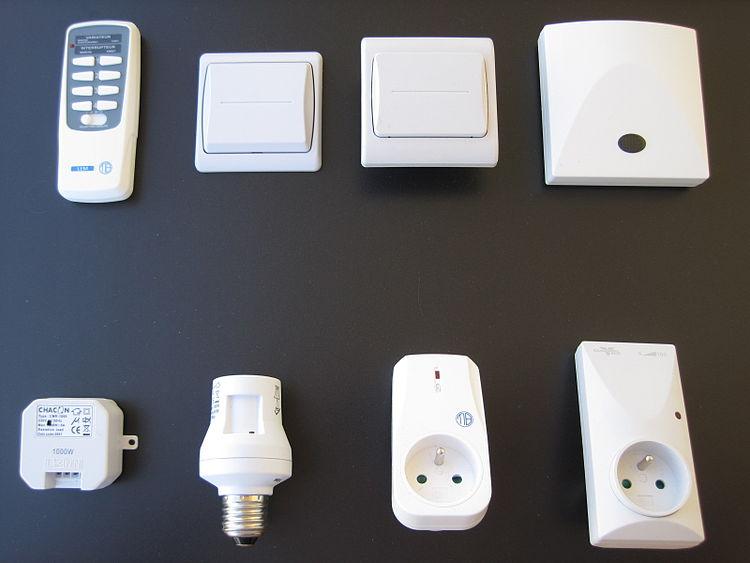 Exemples d'objets domotiques d'émetteurs (en haut) et de récepteurs (en bas)
