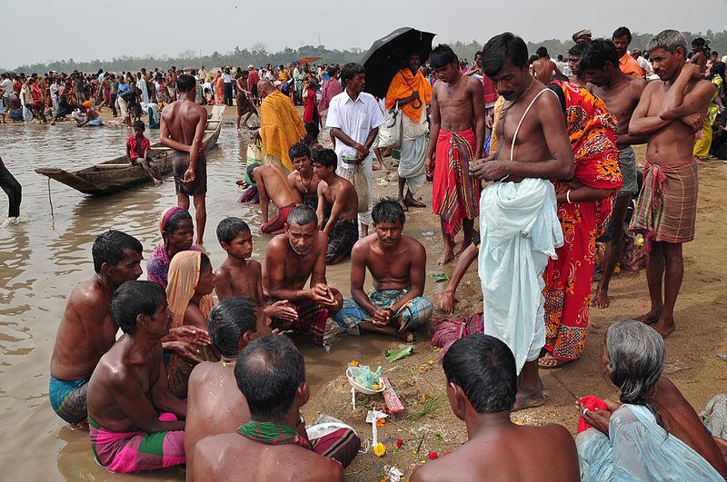 Fichier:Festival of sacred bath (Baruni snan- in Bengali) in Bangladesh.jpg