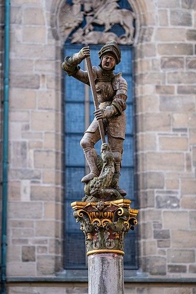 Figur auf dem Georgsbrunnen vor der Stiftskirche in Tübingen 2019.jpg