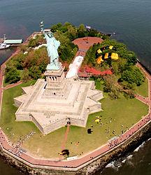 La base de la estatua de la libertad tiene una estrella de 11 puntas