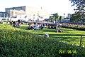 Folkvimmel på promendstråken vid Kungsträdgården, en mycket varm måndagkväll, Sveriges Nationaldag - panoramio (4).jpg