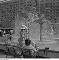 Fotothek df ps 0001022 Sich Ausruhende am Brunnenrand der Wasserspiele mit Schal.jpg