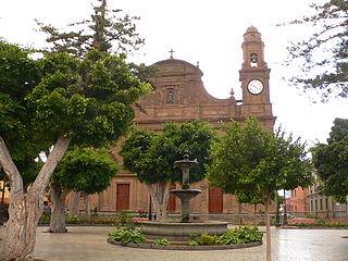 Galdar plazaSantiago iglesia.JPG
