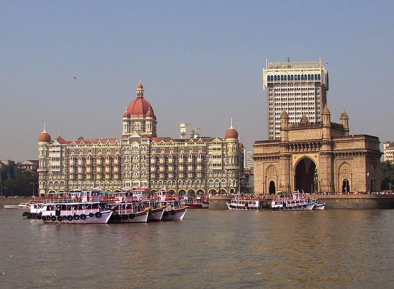 قصر تاج محل  800px-Gateway_of_India_%2C_Hotel_Taj_and_%2COberoi_Hotels_%2C_Mumbai%2C_Mahrashtra%2C_India