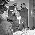 Gilbert Bécaud tijdens een persconferentie op Schiphol, Bestanddeelnr 911-6917.jpg
