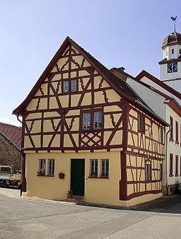 Grolsheim, ehemaliges Rathaus, barocker Sichtfachwerkbau, teilweise massiv, bezeichnet 1700 und 1934 (renoviert)