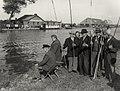 Hengelwedstrijd voor Ouden van Dagen in de Ringvaart, nabij de Cruquius. Voor de wedstrijd bespraken de oudjes hun vangst van de vorige keer. Aangekocht in 1977 van fotograaf C. de Boer. Cat, NL-HlmNHA 54010752.JPG