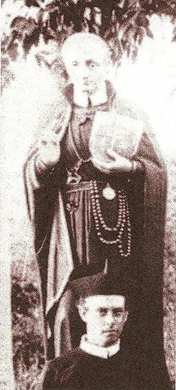 Henri François Rikken voor een beeld van de H. Alfonsus