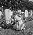 Herdenking Slag om Arnhem. Kinderen leggen bloemen bij graf van Engelse vlieger, Bestanddeelnr 912-9421.jpg
