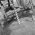 Het boren van gaten voor de springstoffen met een verrijdbare boormachine op het, Bestanddeelnr 252-6543.jpg