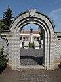 II. világháborús emlékmű, kapu, 2019 Heves.jpg