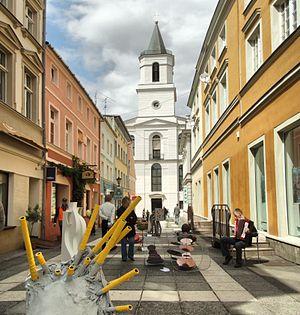 Ulica Mariacka mit Bethauskirche, im Vordergrund eine Kunstinstallation