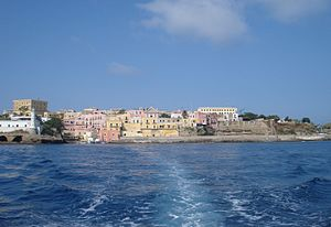 Ventotene - Image: Isola di Ventotene (porto Romano) dal mare