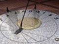 Józefów - zegar słoneczny na Rynku (1).jpg