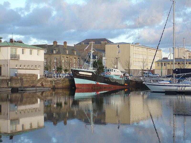 Le Jacques-Louise, dernier chalutier en bois de la flotte Cherbourgeoise, dans le bassin de Commerce, Cherbourg-Octeville