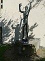 Jakob Probst (1880–1966), Columbus, 1950. Die Skulptur steht auf der rechten Seite des Wirtschaftsgymnasiums, Wirtschaftsmittelschule Basel (Spielplatz) (1).jpg