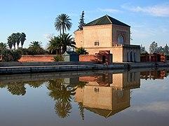rektangulär byggnad reflekterad i vatten