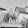 Jongens bekijken de praalwagen met reclame voor de wijn van Kröver Nacktarsch, Bestanddeelnr 254-3867.jpg