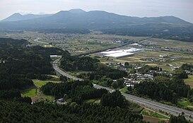 Toàn cảnh bồn địa Kakutō ở thành phố Ebino, tỉnh Miyazaki. Có thể quan sát thấy nút giao Ebino giữa hai tuyến đường cao tốc Kyushu và Miyazaki.