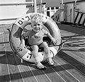 Kind op een Istraellisch schip met reddingsboei gemaakt van kurk, Bestanddeelnr 254-0908.jpg