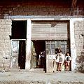 Kinderen bij een winkel - Stichting Nationaal Museum van Wereldculturen - TM-20036624.jpg