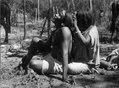 Kvinna som löskar sin man. Torrskogsregion mellan Caiza och Fort Crevaux, bolivianska Chaco - SMVK - 003899.tif