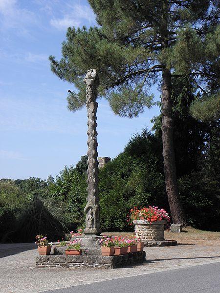 Croix monumentale du XVème siècle sise place de l'église, commune de La Ferrière (22).]