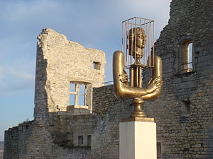 English: Monument to the Marquis de Sade in fr...
