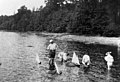 Lapsia uittamassa pienoispurjeveneitä huvila Åsan rannassa - N191286 - hkm.HKMS000005-000006s1.jpg