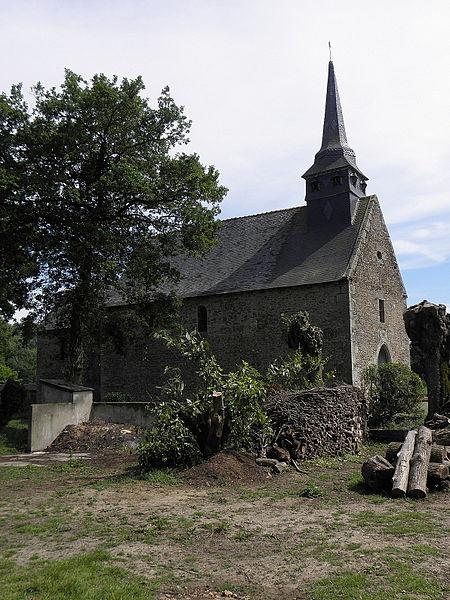 Flanc nord de l'église Saint-Loup du Lou-du-Lac (35).