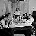 Maaltijd aan het begin van de sabbat. De vader staat aan het hoofd van de tafel , Bestanddeelnr 255-4715.jpg
