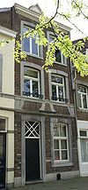 foto van Huis IN HET GROEN HUIS met lijstgevel.