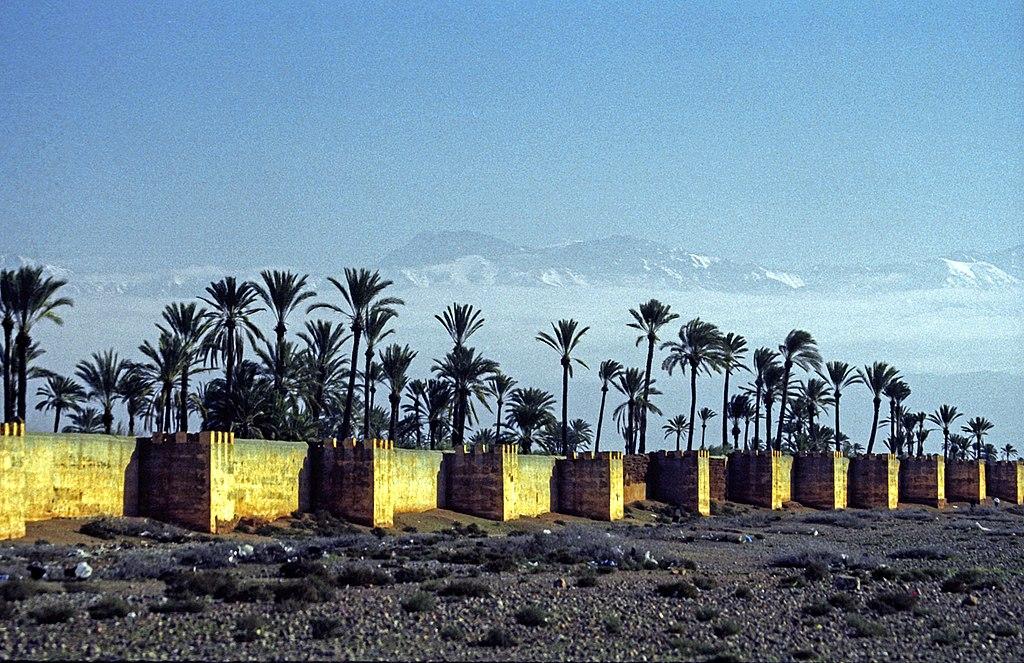 Mur d'enceinte de Marrakech avec les montagnes de l'Atlas en toile de fond. Photo de Jerzy Strzelecki.