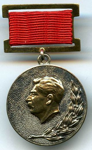 https://upload.wikimedia.org/wikipedia/commons/thumb/c/c4/Medal_of_the_State_Stalin_Prize.jpg/320px-Medal_of_the_State_Stalin_Prize.jpg