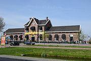 Het voormalig stationsgebouw van Sliedrecht in feeststemming.
