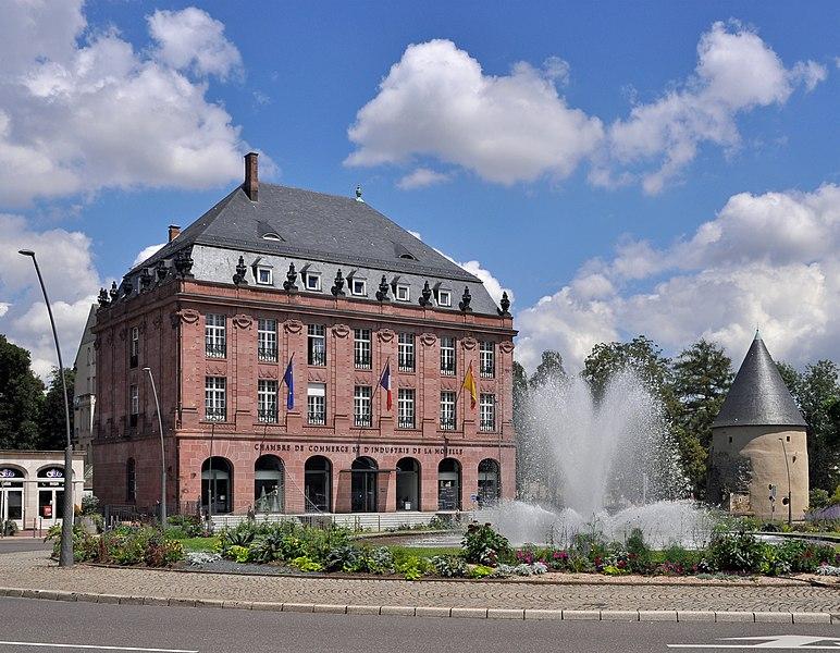 Metz (France): head office of the Chambre de Commerce et d'Industrie de la Moselle; on the right: the Tour Camoufle