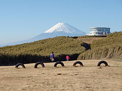 Mount Fuji and Jukkokutōge Station 20101204.jpg